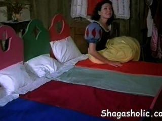 स्नो व्हाइट एक नया घर पाता है - Shagasholic कॉम