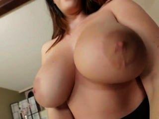 भारी स्तन पीओवी में स्तन काम और blowjob दे श्यामला