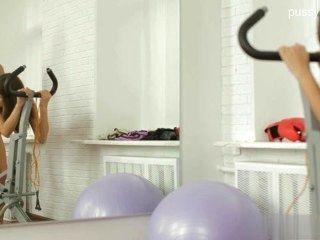 सुंदर मुंडा बिल्ली सार्वजनिक सेक्स