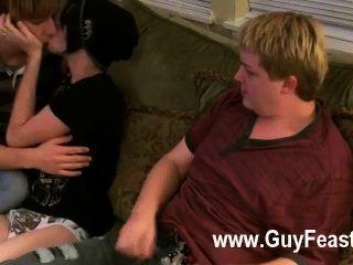 एरन, केली और जेम्स के समलैंगिक क्लिप सोफे पर बाहर झूलने कर रहे हैं और