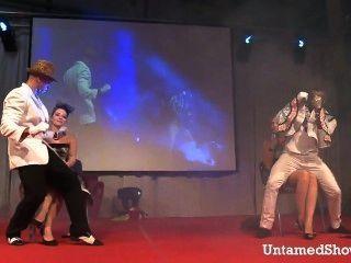 दो पुरुष स्ट्रिपर्स मंच पर गंदा नृत्य