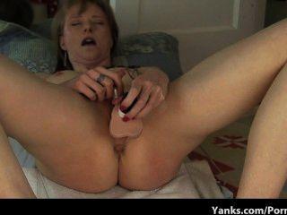 छोटे स्तन dildo के साथ खूबसूरत गर्म गर्म खुद को fucks