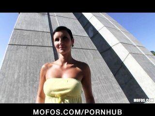 एक संपूर्ण शरीर के साथ सेक्सी चेक लड़की सार्वजनिक रूप से सेक्स के लिए भुगतान किया जाता है