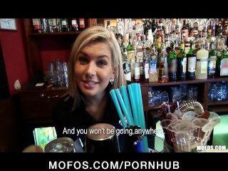 भव्य गोरा बारटेंडर काम पर यौन संबंध रखने में बात की है