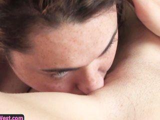 ऑस्ट्रेलिया चुंबन और उंगली उनके pussies से खूबसूरत समलैंगिक शौकिया लड़कियों