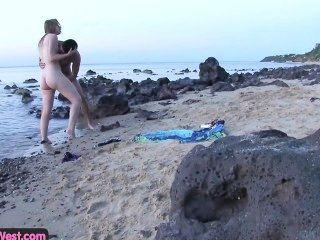 मुर्गा भूख शौकिया Blondie समुद्र तट पर गड़बड़