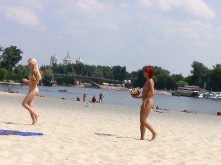 गर्म किशोरों nudists इस नग्न समुद्र तट भी hotter बनाना