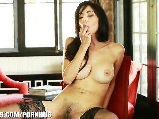 एक सही स्तन के साथ मोटी फिट श्यामला उसे स्वयं की मालिश संभोग करने के लिए