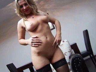 नाइलन में सेक्सी गोरा उसे बिल्ली आनंद