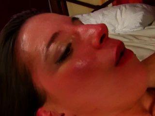 एमिली जोली एक भव्य फ्रेंच वेश्या जो गहरी गुदा सेक्स प्यार करता है