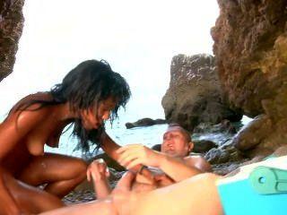 सुंदर लैटिना क्रीम और सह में समुद्र तट से शामिल हो जाता है