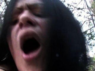 स्पेनिश लड़कियों सब्जियों और लंड fucks जंगल में