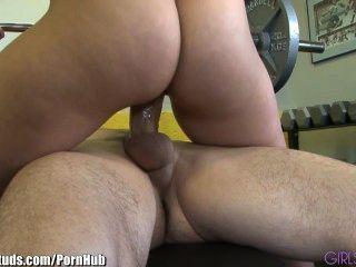 जिम में सेक्सी युगल fucks girlsandstuds