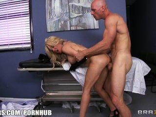Slutty गोरा paitent उसे कुछ कठिन डिक देने के लिए उसे चिकित्सक भी जन्म देती है