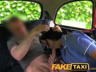 टैक्सी स्वीकारोक्ति में शरारती नर्स FakeTaxi