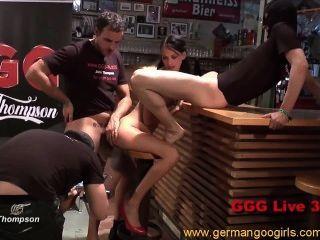 गर्म गोरा और श्यामला महिलाओं लंड चूसने जबकि गड़बड़ हो रही है