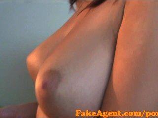 कास्टिंग में FakeAgent HD बड़े पैमाने पर प्राकृतिक स्तन शौकिया