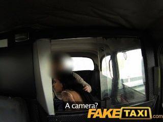 FakeTaxi युवा महिला टैक्सी मनुष्य के साहस निगल होगा
