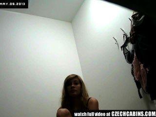भयानक किशोर लड़की नीचे पहनने के कपड़ा दुकान में अंडरवियर की कोशिश करता है