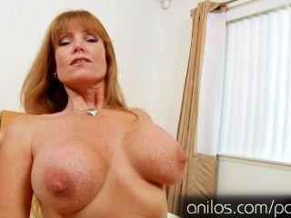 परिपक्व माँ डार्ला भारी स्तन और भूख बिल्ली क्रेन