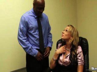 निकी sexx उसे 2 बड़ा काला मुर्गा कर्मचारियों उसकी बकवास अपनी नौकरी रखने के लिए है!