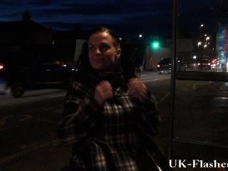 लिआ मौज विकलांग के साथ उसे व्हीलचेयर से जनता में बिल्ली चमकती