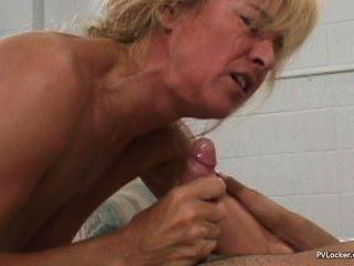 सेक्सी माँ चेहरे हो जाता है