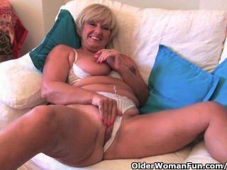 बड़े स्तन के साथ दादी उसे सेक्स खिलौना संग्रह के साथ masturbates