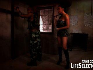Aletta सागर उसकी सोची दु: स्वप्न में एक सैनिक द्वारा गड़बड़ हो जाता है।