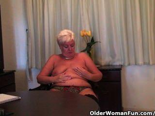 काले मोज़ा में मोटा दादी dildo के साथ masturbates