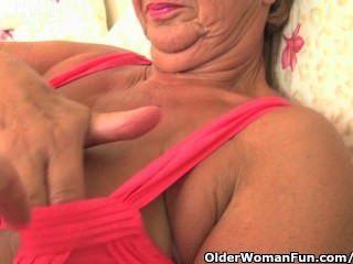 कामुक शरीर के साथ दादी fondled और फोटोग्राफर द्वारा उँगलियों हो जाता है