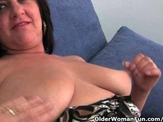 बड़े स्तन और महान गधे के साथ परिपक्व माँ उंगली गड़बड़ हो जाता है