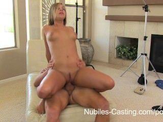कास्टिंग Nubiles - इस लड़की को नौकरी पाने के लिए कुछ भी करेंगे!