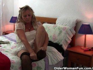 वह एक dildo fucks के रूप में बड़े स्तन के साथ नानी Pantyhose पहनता