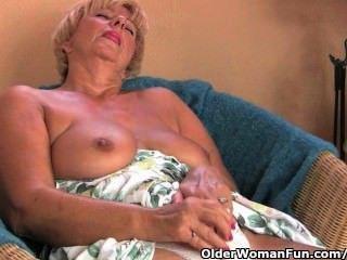 मोटा दादी उसकी उंगलियों और एक थरथानेवाला के साथ masturbates