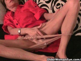 स्कीनी दादी मालिश उसके छोटे स्तन और उसे तंग बिल्ली की मालिश