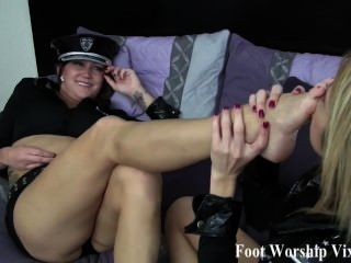 अधिकारी पैर प्यार