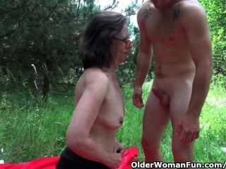 दादी उसे गधे सड़क पर आक्रमण हो जाता है