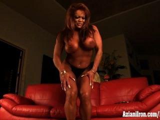 परिपक्व पेशी महिला हस्तमैथुन उसे भारी clit