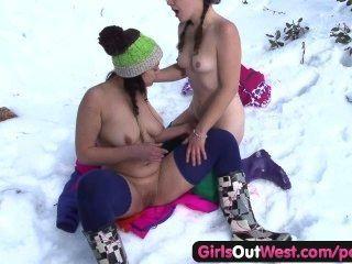 पश्चिम बाहर लड़कियों - बालों रोजी बर्फ में उँगलियों