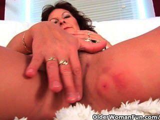 बड़े स्तन उंगली के साथ दादी उसके बालों बिल्ली fucks