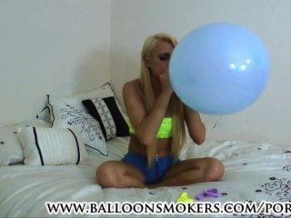 किशोर बेडरूम में गुब्बारे पॉप करने के लिए चल रही है