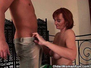 इससे पहले कि वह एक चेहरे हो जाता है Slutty दादी fisted हो जाता है