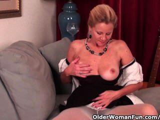 डी कप स्तन के साथ परिपक्व महिला pantyhose में मिल बंद करने की जरूरत है
