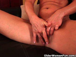 छोटे स्तन और गर्म शरीर Masturbates के साथ बड़ी औरत