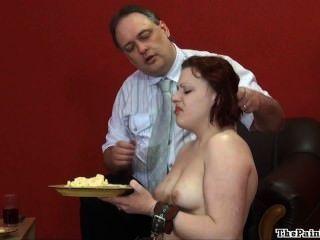 घृणित भोजन अपमान और सेक्सी बुत के क्रूर घरेलू अनुशासन