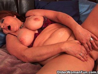 बड़े स्तन के साथ पूर्ण लगा नानी एक dildo fucks