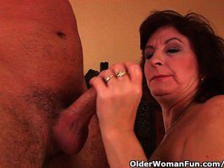 बड़े स्तन और बालों बिल्ली के साथ दादी चेहरे हो जाता है