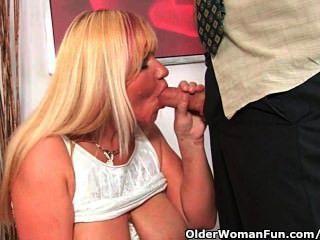slutty दादी मुर्गा बेकार है और एक मुँह सह से भरा हो जाता है