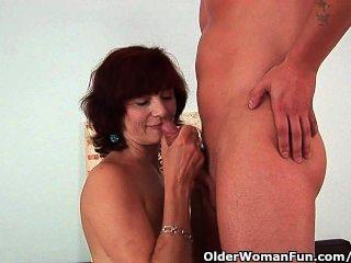 दादी एक अच्छा बकवास और एक मलाईदार चेहरे हो जाता है